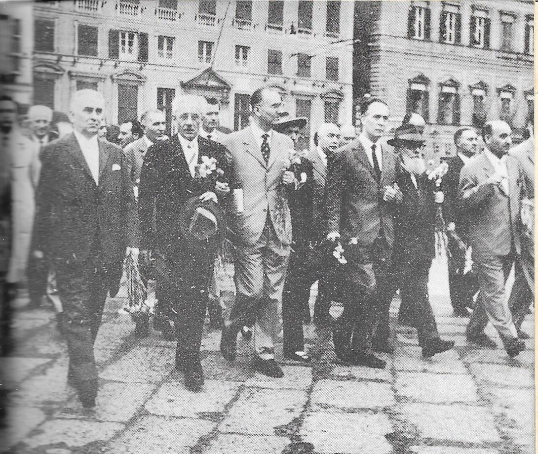 Genova 3 luglio 1960, la testa del corteo che festeggia la vittoria antifascista sul MSI e Governo Tambroni. Da sinistra, Longo, Parri e Boldrini al limite destro